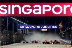 Foto Poster Max Verstappen in de sandwich door Kimi Raikkonen en Sebastian Vettel tijdens de Start GP Singapore 2017