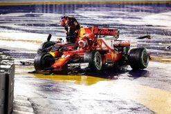 Foto Poster Max Verstappen en Kimi Raikkonen na de Crash tijdens de Start van GP Singapore 2017