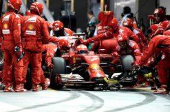 Kimi Raikkonen tijdens een Pitstop bij Grand Prix Singapore 2014