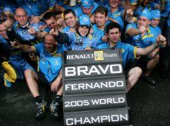Fernando Alonso viert zijn WK titel tijdens de GP van Brazilie 2005