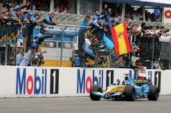 Foto Poster Fernando Alonso wint de F1 Grand Prix Duitsland 2005