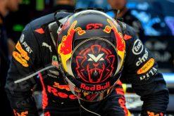 Max Verstappen - Red Bull Racing Helm-Shot in de Pitbox tijdens de GP van Spanje, Formule 1 Foto van Seizoen 2018 als Poster, Ingelijst op Canvas achter Acrylglas op Alu Dibond of als Puzzel te bestellen. Nieuw Nu ook Behang !!