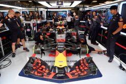 Max Verstappen - Red Bull Racing in de Pitbox tijdens de GP van Spanje, Formule 1 Seizoen 2018.Foto is te bestellen als Poster, Ingelijst, Acrylglas, Alu-Dibond, Canvas, Forex of maak je eigen F1 Puzzel.Haal de Formule1 in huis met F1 Behang.