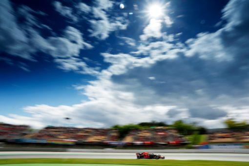 Max Verstappen - Red Bull Racing in Actie tijdens de GP van Spanje, Formule 1 Seizoen 2018.Foto is te bestellen als Poster, Ingelijst, Acrylglas, Alu-Dibond, Canvas, Forex of maak je eigen F1 Puzzel, Nieuw in ons assortiment F1 Behang.