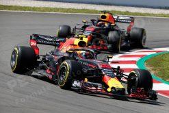Max Verstappen - Red Bull Racing in Actie met Teamgenoot Ricciardo tijdens de GP van Spanje, Formule 1 Seizoen 2018.Foto is te bestellen als Poster, Ingelijst, Acrylglas, Alu-Dibond, Canvas, Forex of maak je eigen F1 Puzzel, Haal de Formule 1 in huis met F1 Behang.