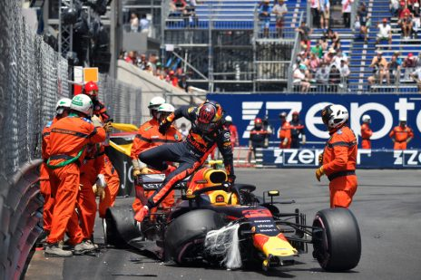 Max Verstappen - Red Bull Racing crashed tijdens de 3e vrijetraining in Monaco - Monte Carlo Formule 1 Seizoen 2018.Foto is te bestellen als Poster, Ingelijst, Acrylglas, Alu-Dibond, Canvas, Forex of maak je eigen F1 Puzzel.Haal de Formule1 in huis met F1 Behang.
