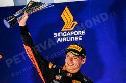 Max Verstappen - Red Bull Racing finished als 2e en viert dit op het podium tijdens de GP van Singapore - Marina Bay Formule 1 Seizoen 2018