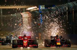 Sebastian Vettel - Ferrari tijdens de Start waar de vonken van af spatten met Max Verstappen, GP van Singapore - Marina Bay Formule 1 Seizoen 2018
