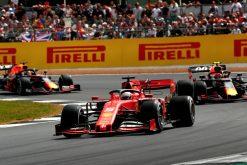 Sebastian Vettel in gevecht met de Red Bulls Foto GP Engeland 2019